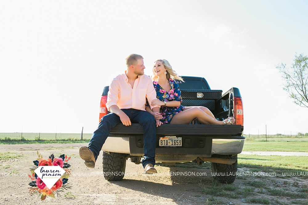 wichita-falls-texas-wedding-photographer-scotland-texas-engagement-session-country-barn-field-windthorst_2741.jpg