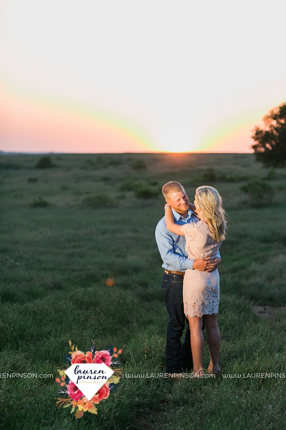 wichita-falls-texas-wedding-photographer-scotland-texas-engagement-session-country-barn-field-windthorst_2772.jpg