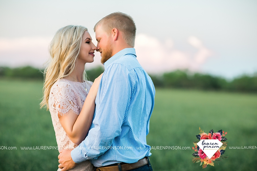 wichita-falls-texas-wedding-photographer-scotland-texas-engagement-session-country-barn-field-windthorst_2777.jpg