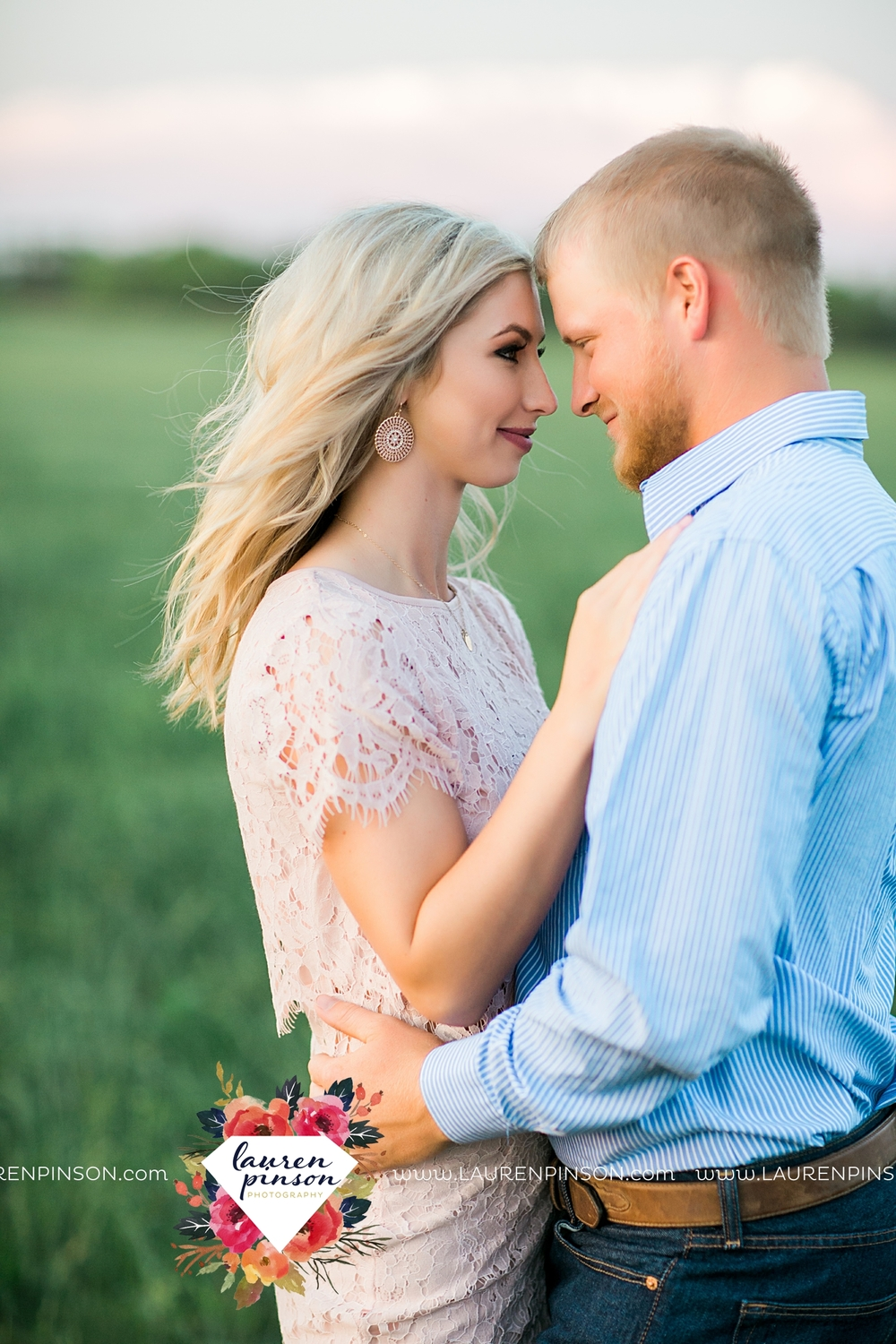 wichita-falls-texas-wedding-photographer-scotland-texas-engagement-session-country-barn-field-windthorst_2779.jpg