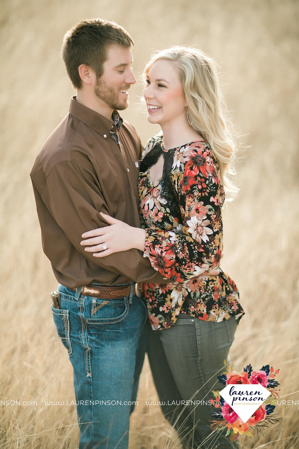 wichita-falls-texas-weddiing-photographer-engagement-session-bowie-texas-old-barn-country-hunting_4012.jpg