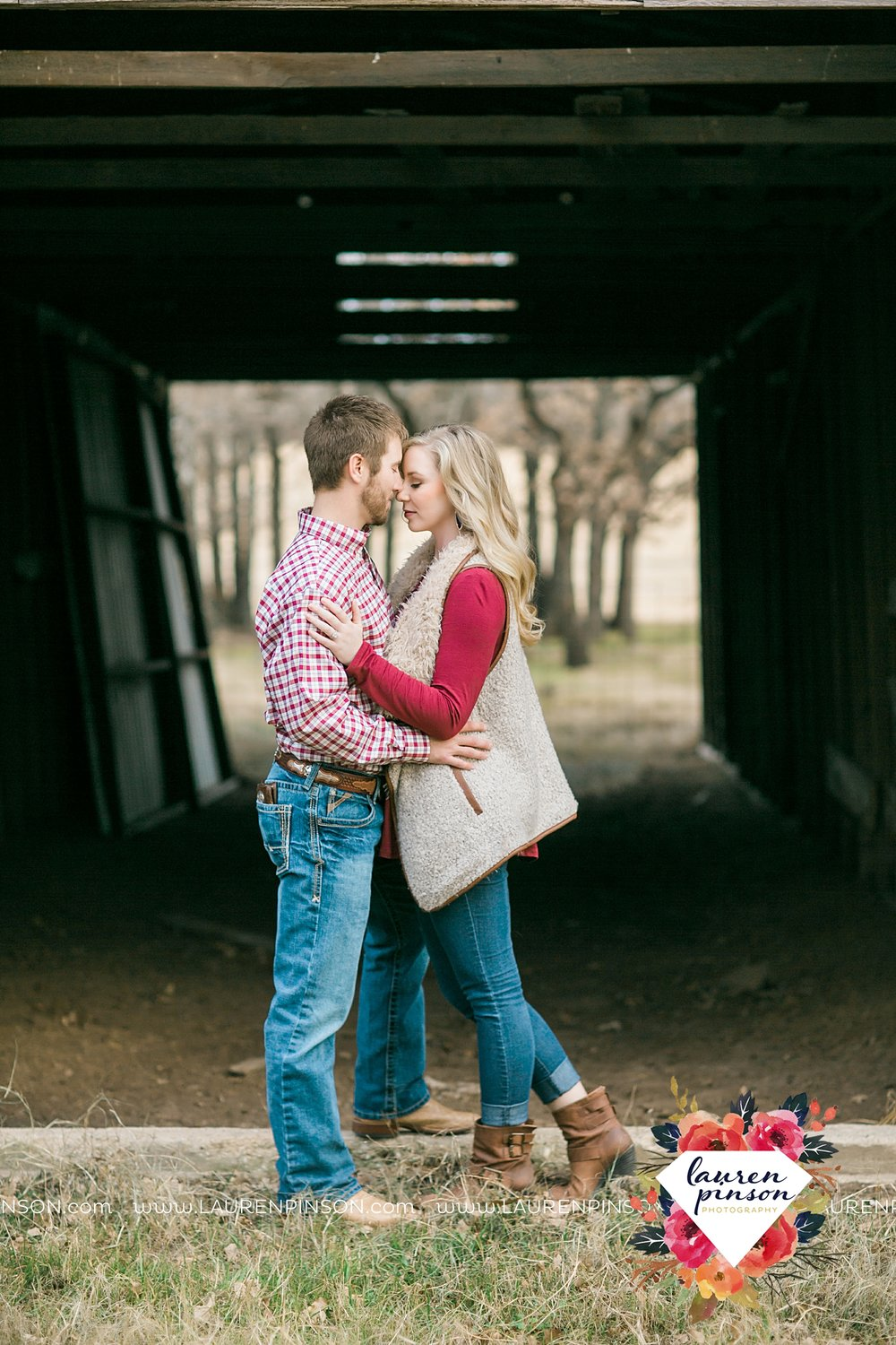 wichita-falls-texas-weddiing-photographer-engagement-session-bowie-texas-old-barn-country-hunting_4016.jpg