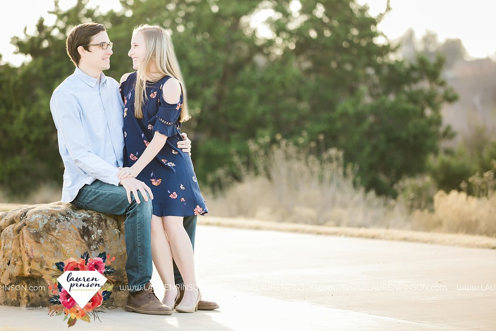 katie-and-joshua-frank-and-joes-wichita-falls-engagement-session-lake-wichita-park-lauren-pinson-photography-00011.jpg