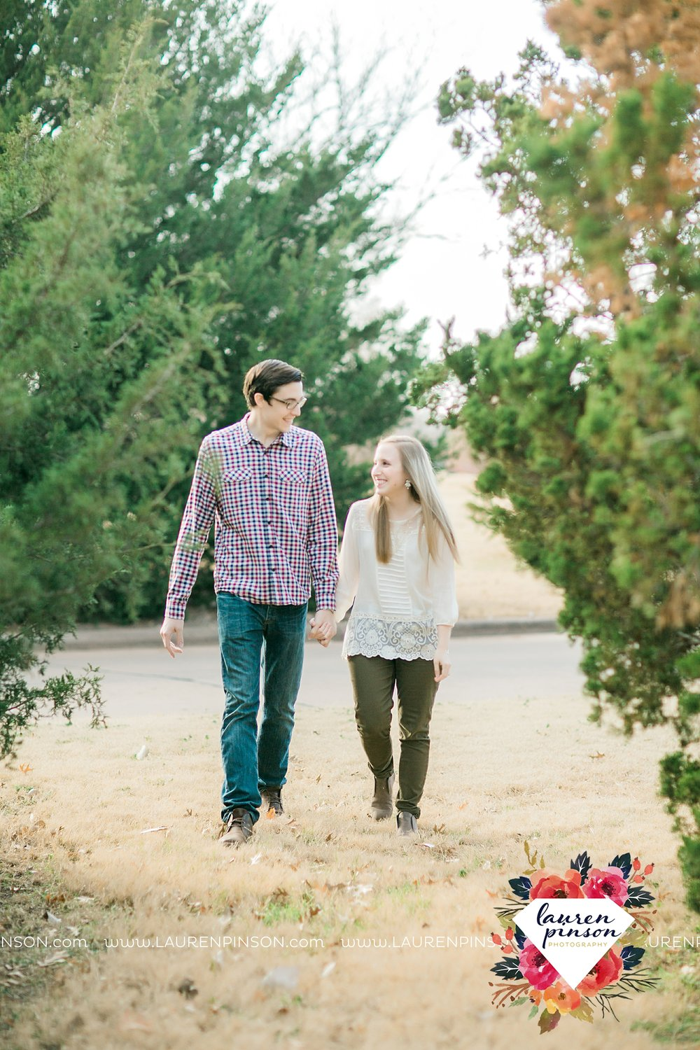 katie-and-joshua-frank-and-joes-wichita-falls-engagement-session-lake-wichita-park-lauren-pinson-photography-00013.jpg