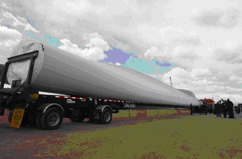 写真②Vestas社は、風力タービンの巨大な部品をBrightonの工場へ運ぶ