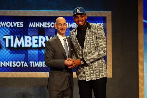 PHOTO TIRÉE DE TWITTER Le commissaire de la NBA Adam Silver accueille officiellement Karl-Anthony Towns dans la NBA, comme premier choix du repêchage 2015.