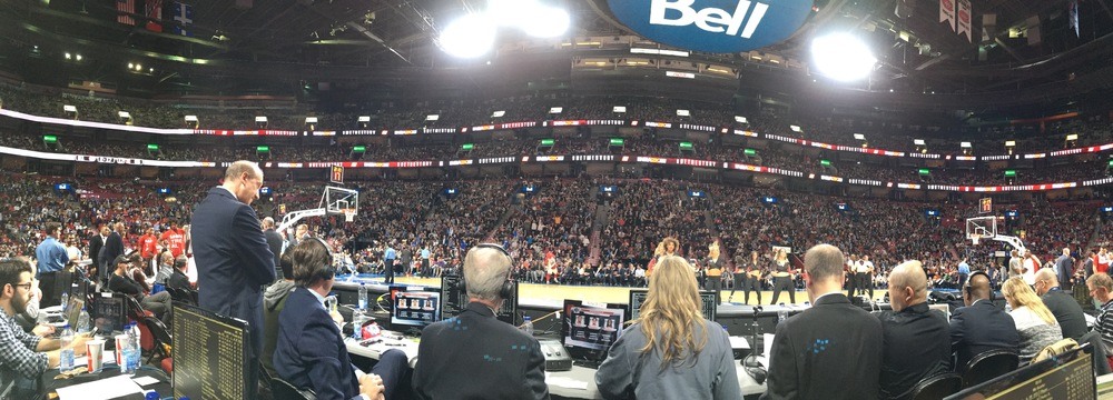PHOTO SIMON CREMER La perspective des Basketologues sur le match Raptors-Wizards. Devant nous à gauche, Matt Devlin et Jack Armstrong, de TSN, et à droite, Herbie Kuhn (cinquième personne assise en partant de la droite), l'annonceur maison des Raptors, qui a navigué entre le français et l'anglais pendant tout le match.