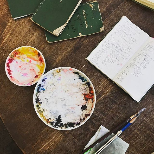 森岡書店では今週、舘野鴻さんの絵本「つちはんみょう」が。昆虫の細密な描写。鬼気迫る、一見グロテスクな絵なのに、どうみても美しい! 舘野さん自身の生き物への愛が筆致に現れているから、美しいのだなと合点しました。ご本人に聞くと、師匠である熊田千佳慕氏から「美しいものは最初から美しいのではない」と教えられた、と。いやはや。僕も一冊、求めました。  http://www.kaiseisha.co.jp/index.php?page=shop.product_details&flypage=flypage.tpl&product_id=6805&vmcchk=1&option=com_virtuemart&Itemid=9