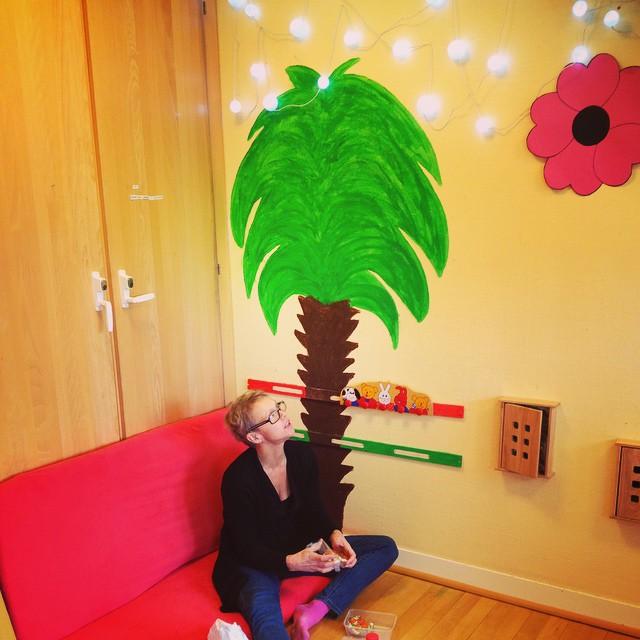 I skuggan av palmen sitter Eva och tar lite morgonfika innan dagens första spelning med FÄRGERNA. #färgerna #barnkultur #barnteater #kbu #kulturförbarnochunga