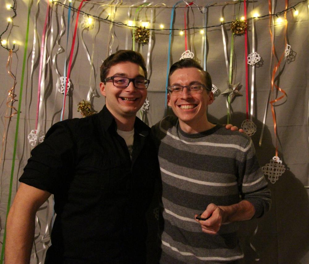 »Druženje z njimi je res posebno doživetje...« - Tomaž (na levi) in Jay (na desni) na Božični zabavi.