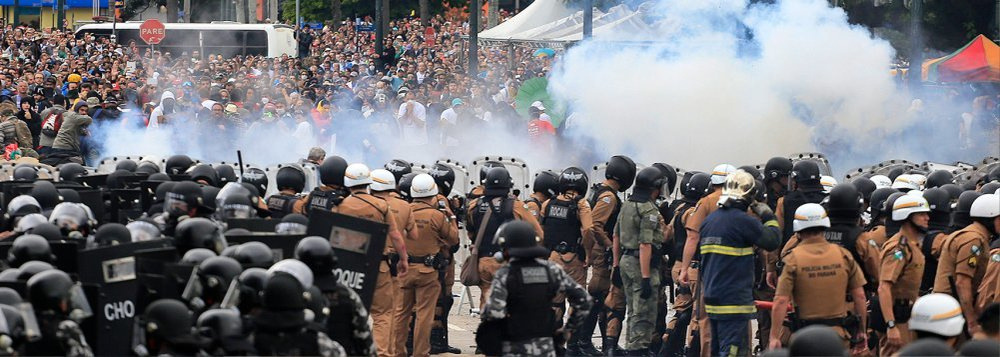 Teachers clash with Brazilian police during their demonstration. Photo credit:  Brasil 247 website .