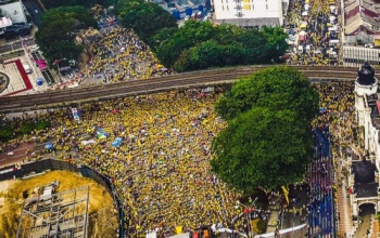 A sea of yellow on the streets as participant stayed under the heat for almost two days. Photo credit: Thesundaily.my