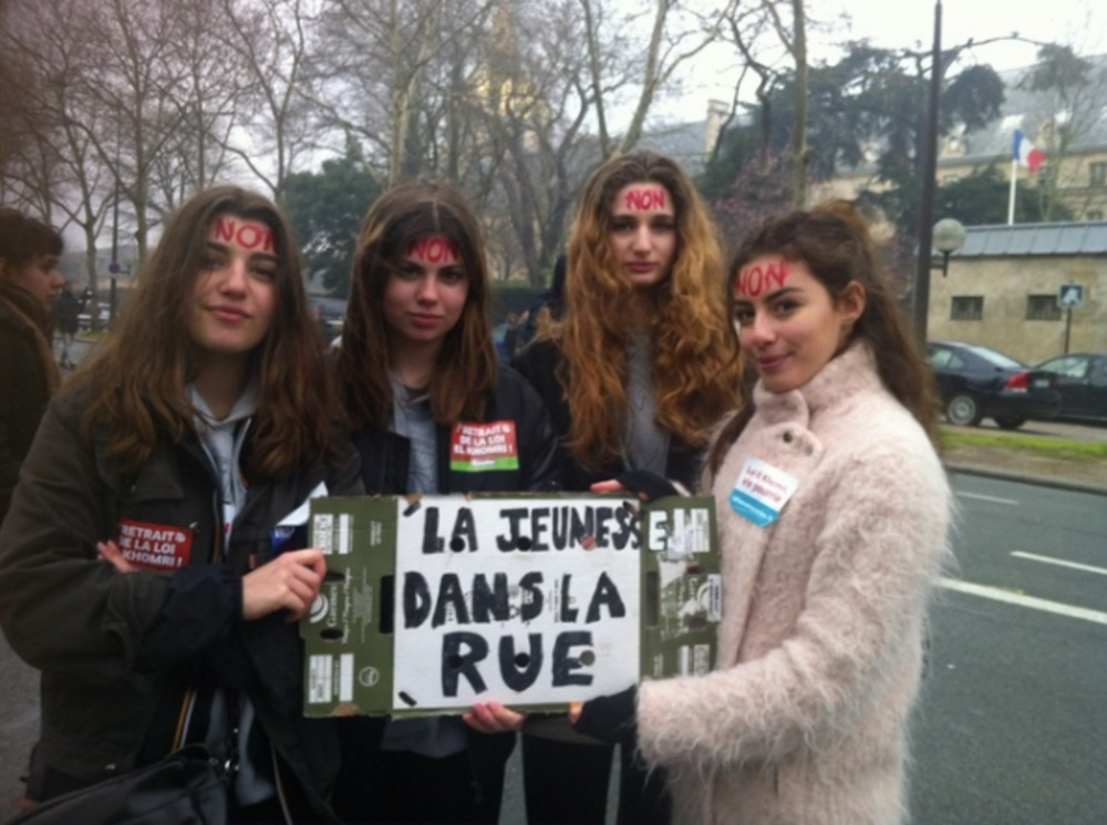 "Students Anouk, Margot, Raphaëlle and Iliana demonstrating, holding a sign in French that reads: ""The youth on the street."" Credit: Céline Boff/20 Minutes"