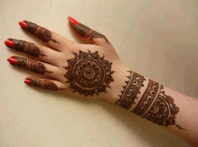 Henna is considered one of the most important preparations of Eid for females in Oman. Credit:  She Ideas