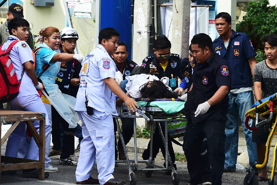 Thai rescue workers transport an injured victim after a bomb exploded in Hua Hin. Credit: Munir Uz Zaman/AFP Source: International Business Times