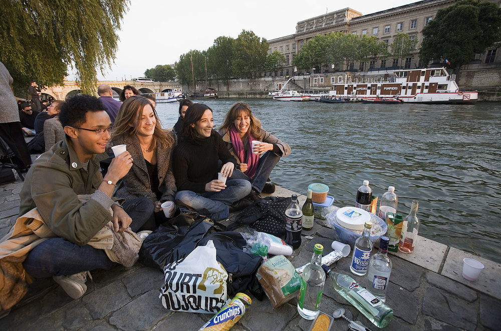 Students watch the sunset by the Seine River in Paris. Credit: Jorge Royan/ Wikimedia