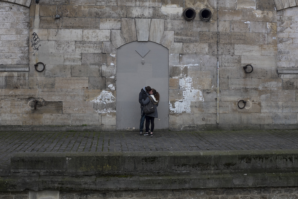 People passionately kissing by Le Seine (notice the GREGOS sculpture).