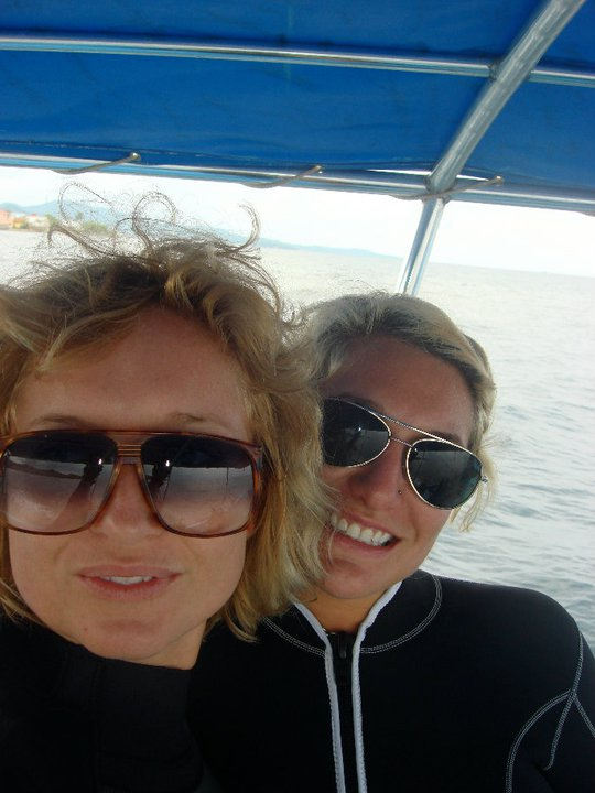kate-and-chelsea-roatan