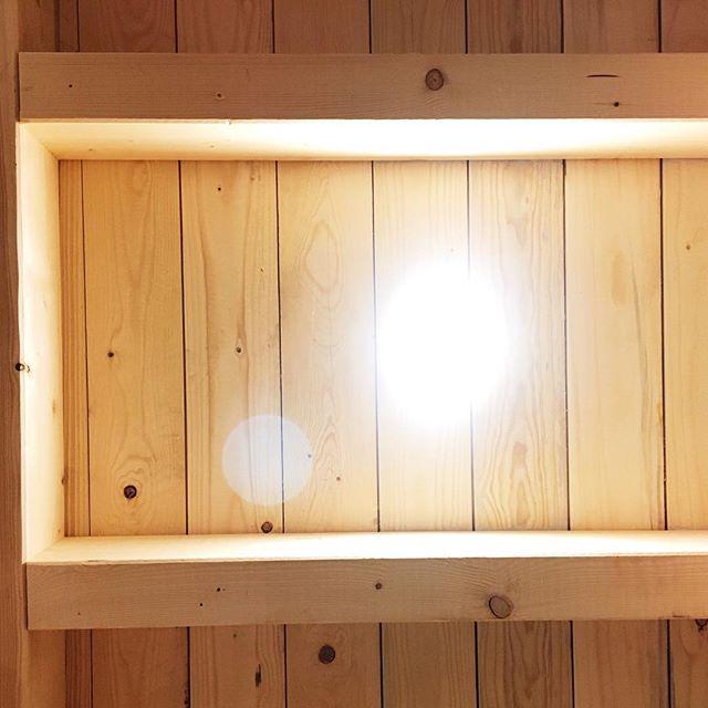 Light comes 🌞🌳🤩#light #wood feels good #holz100 #woodhouse #wood #woodbuilding #wirbaueneinhaus #cradletocradle #holz #log #balken #deckenlicht #holzdecke #holzhaus #naturbau #naturraum #architektur #elektrik #holzbau