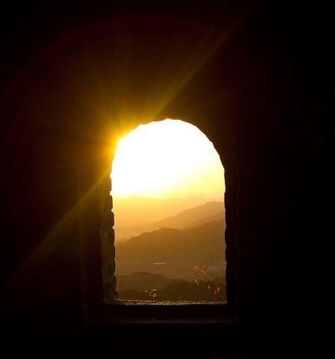 """Skjuta upp sina beslut   När vissa människor blir tillfrågade när de ska börja lära känna sig själva svarar de """" imorgon"""". De skjuter upp sitt liv och alla sina beslut till morgondagen. Tills den dagen då de ligger på sin dödsbädd. Då blir de ångerfulla och önskar att de hade svarat """"idag"""" och inte """"imorgon"""". Men då är det redan försent!  - Hamon"""