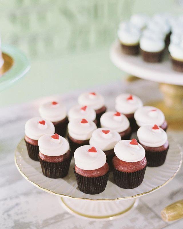✨ WEDDING SEASON is OUR FAVORITE SEASON ✨ ♥️ featured cupcake :: Southern Hospitality  #LUXEbigsky #LUXEbozeman  #SpiritedSweets #MontanaBride  #MontanaMoment #Wedding  #BigSky #Bozeman #LOVE  #SummerBrides #RealWeddings #BridesRealWeddings