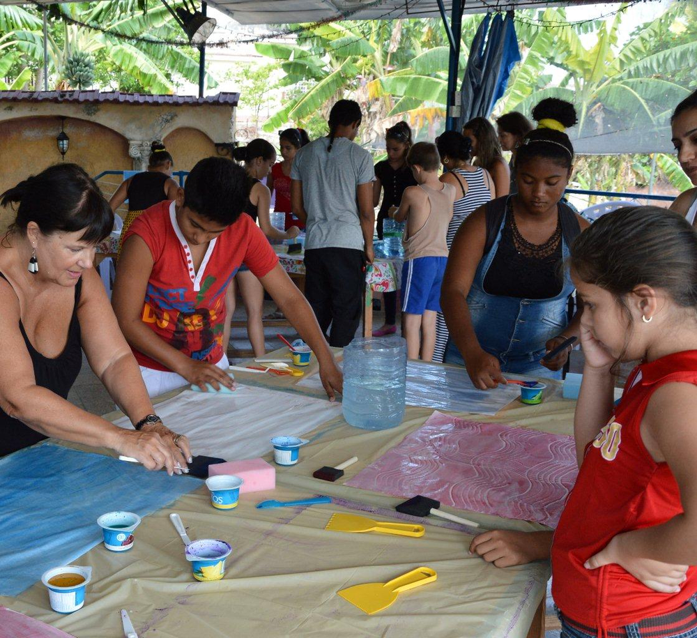Deb and kids making paste papers (1)