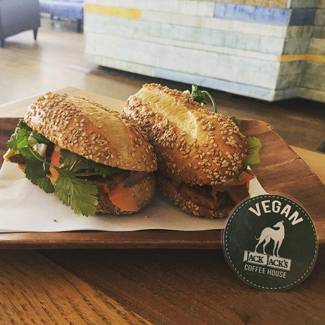 #bahnmi is #crueltyfree  #vegan #veganrecipes #veganlunch @jackjackscoffee che @erikwithakandthekisfor #mustbethecoat