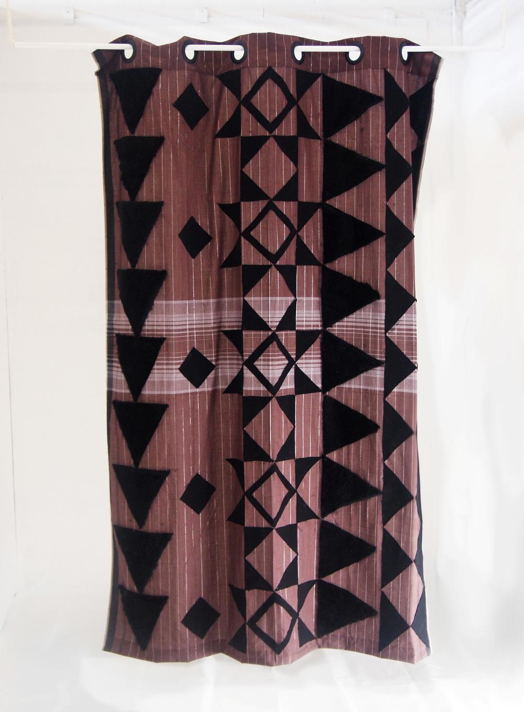 Ariawan Amanda.Sekat(Cloison), 2013. Découpages de tissu et tapis sur Sarong<Tissage traditionnel Indonésien), corde, pôle en métal. 150 x 200 cm.