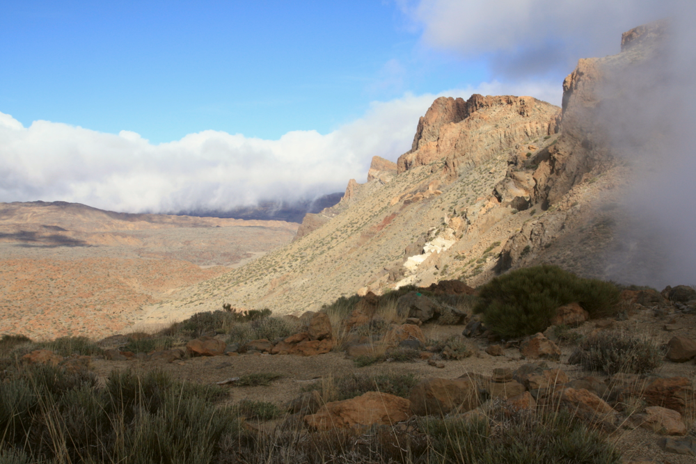 View along the southeastern rim of the caldera, with cloudbank beyond (my photo)