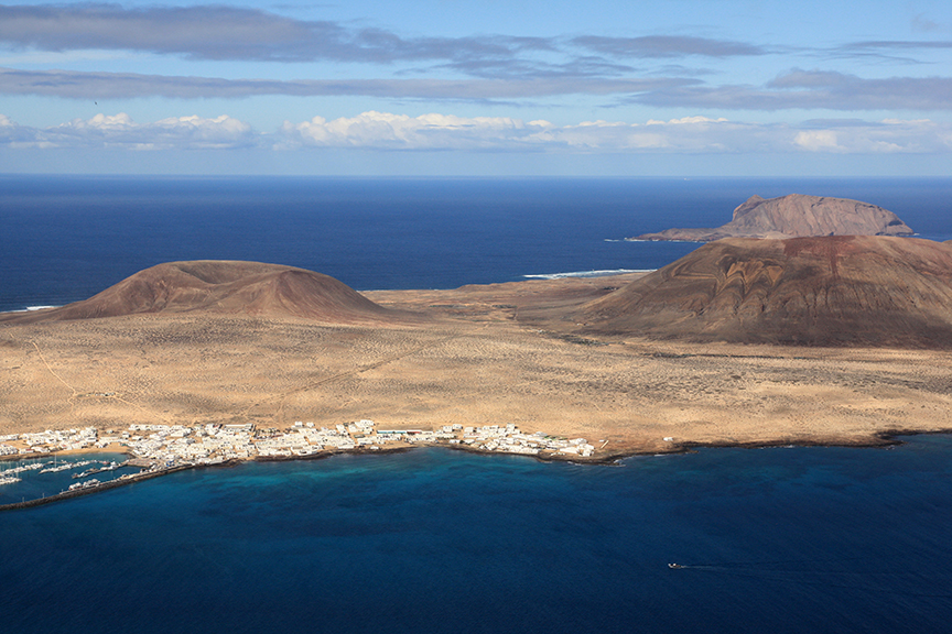 Isla Graciosa, just offshore from the main island (my photo).  I was disappointed not to have the chance to go, but it's a bit of an ordeal to get to, and probably not easy to get around.