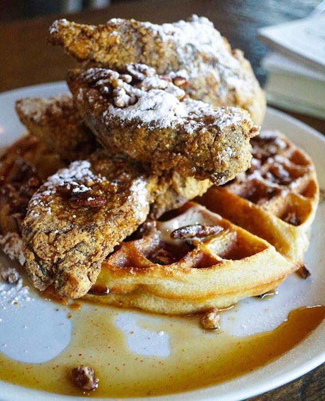 Chick'n & Waffles?! YES please 😀 | 👩🍳: @grangeri 📸: @vegantraveleats #vegan #vegansofig #veganfoodshare