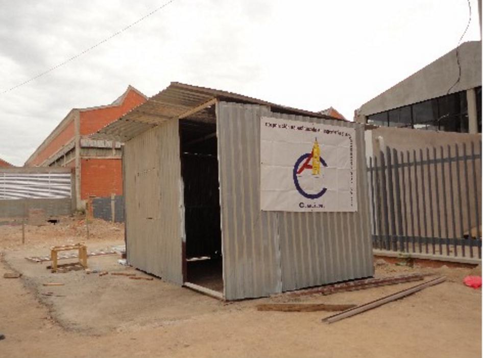 Bodega provisional de chapa metálica para almacenar materiales