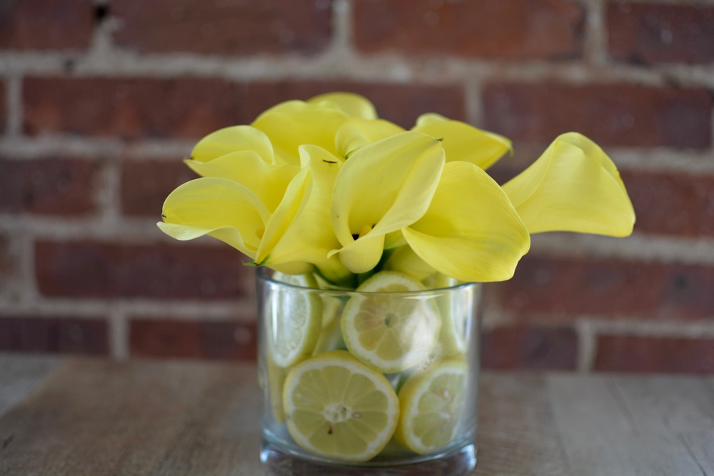 Adding lemons in the vase of your florals add an extra level of detail that is extra eye-catching!