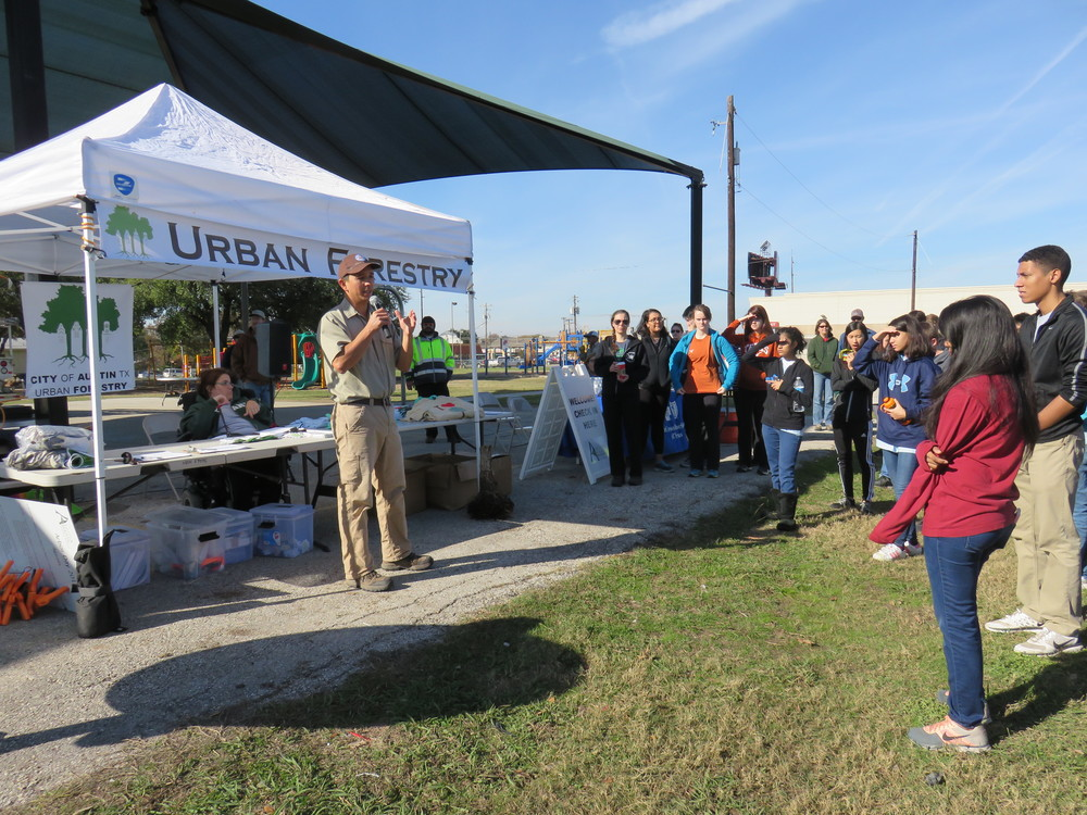 On Saturday December 5, 80 trees were planted at Barrington Elementary by the Urban Forestry program of the City of Austin and an army of volunteers mobilized by the school, but also organizations like Keep Austin Beautiful and the Rundberg Educational Advancement District.