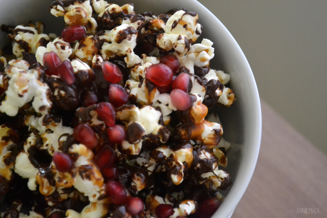 anniemade // Delicious Vanilla Caramel Dark Chocolate Pomegranate Popcorn - crazy easy