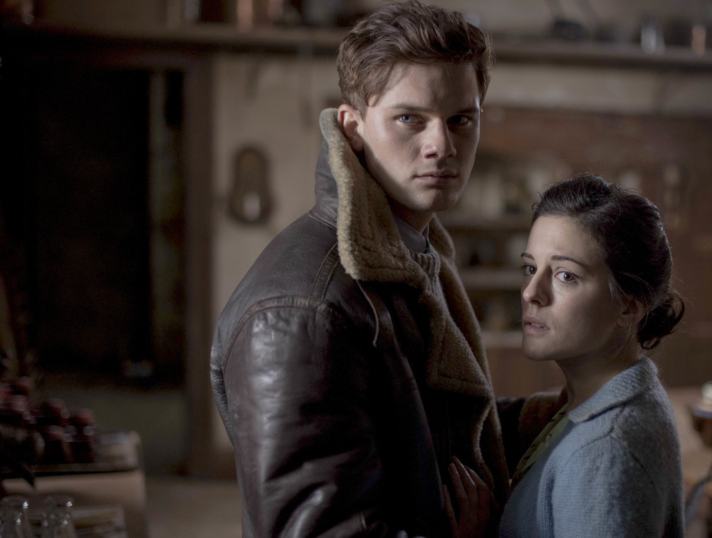 511 WiB AOD Phoebe Fox and Jeremy Irvine.jpg