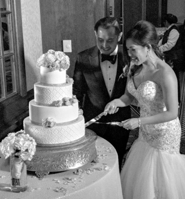 🔪🎂 . . . #houstonwedding #houstonweddingplanner #brideandgroom #sayido #husbandandwife #bride&groom #husband&wife #wedding #weddingdecor #bride #groom #bouquet #weddingflowers #cake #weddingcake #weddingdecorations