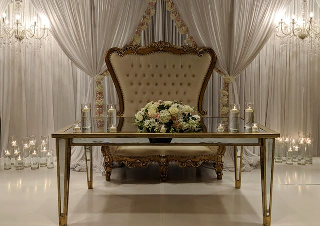 Sweetheart table fit for a king and queen  @decor2remember  @riveroaksflowerhouse . . . #houstonwedding #houstonweddingplanner #brideandgroom #sayido #husbandandwife #bride&groom #husband&wife #weddingdress #wedding #weddingdecor #bride #groom #bouquet #weddingflowers #sweethearttable #king&queen