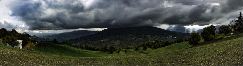 Тосканское высокогорье. Грозовые тучи и лучи солнца одновременно