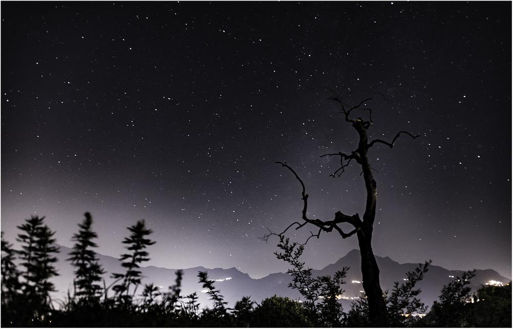 Ночь накрыла звездным одеялом горы и равнины Тосканы
