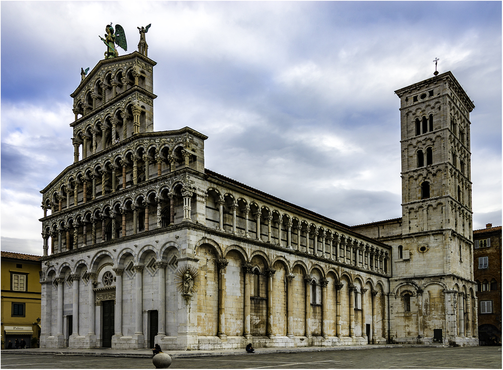 Романская базилика с кампаниллойСан-Микеле-Ин-Форо в г. Лукка