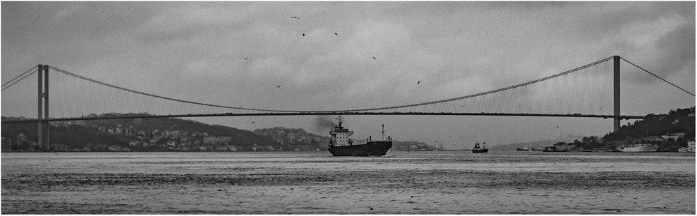 Босфорский мост - первый висячий мост через пролив;полтора километра, которые соединяют Европу с Азией