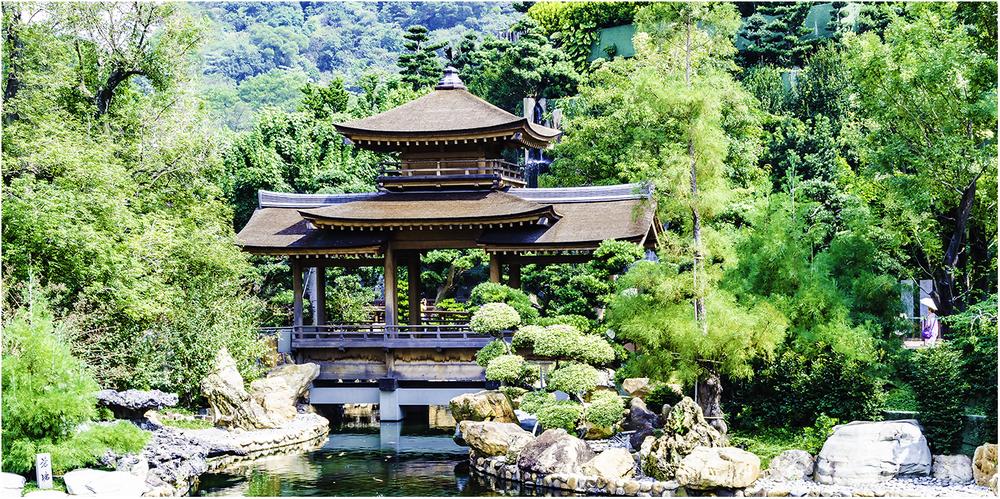 Мост в традиционном азиатском стиле в действующем женском монастыре Чилинь (Гонконг)
