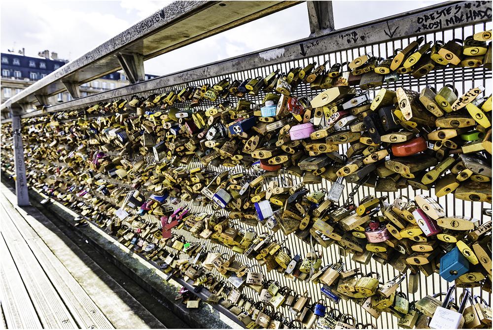 Общий вес замков на мосту Искусств в Парижепревысилк 2015 году45 тонн!