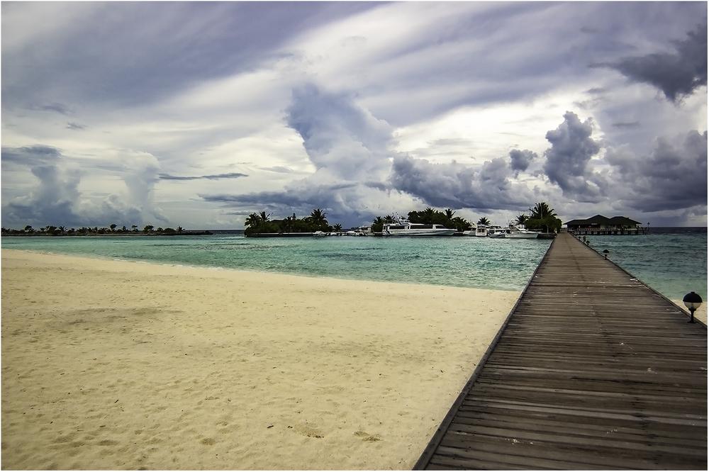 Мост, который соединяет коралловый остров с искусственным (Мальдивы)