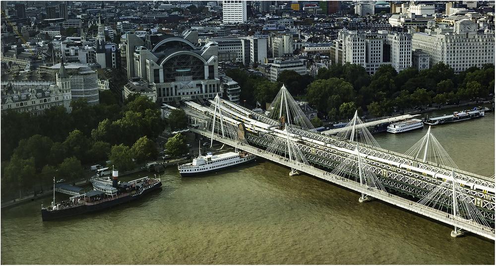 """Триплекс лондонских мостов: два пешеходных вантовых моста """"Золотого юбилея""""обрамляют железнодорожный-Хангерфорд"""