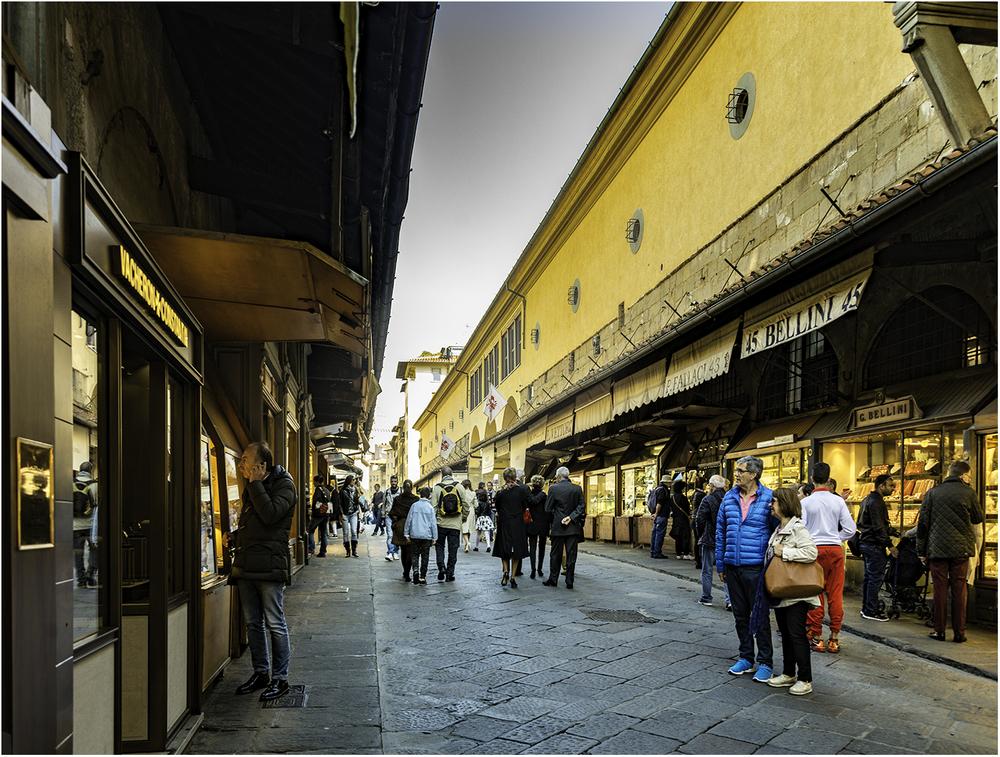 Нет, это не ошибка - это не улица. Это самый известный флорентийский мост - Понте-Веккьо