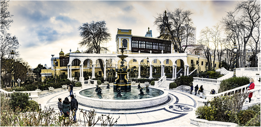 Фонтан у здания бакинской филармонии им. Муслима Магамаева