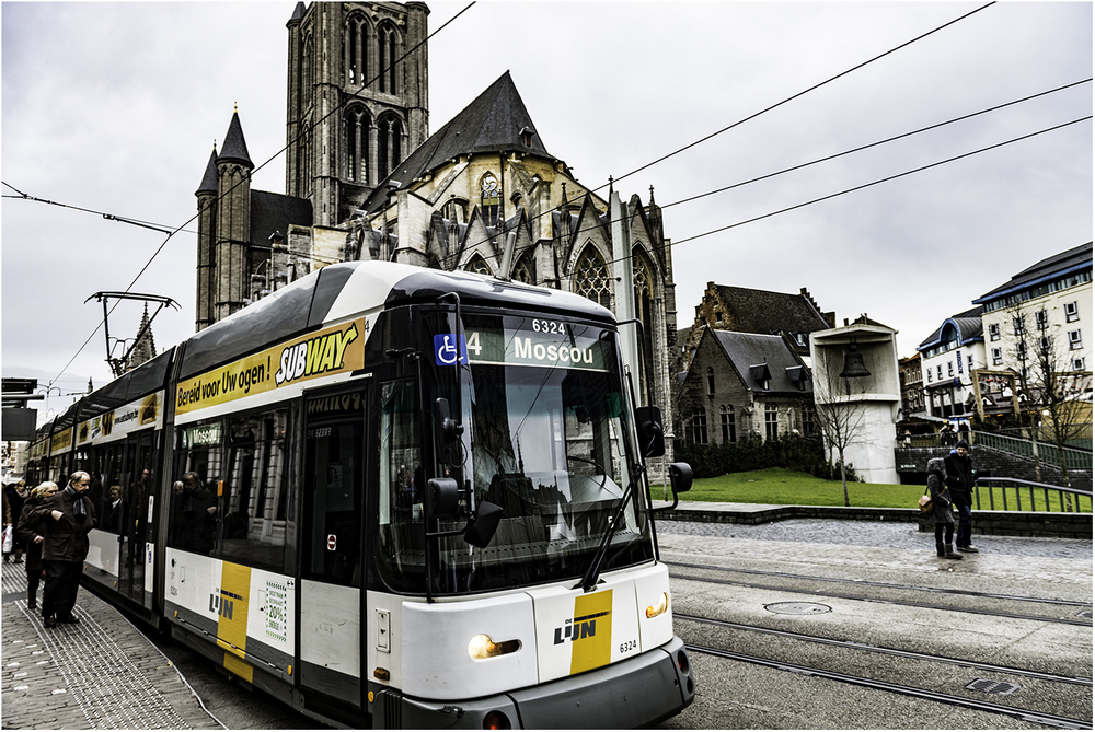 Возможно,не самая удачная фотография трамвая из Гента (Бельгия), но очень важно куда этот трамвай держит путь.