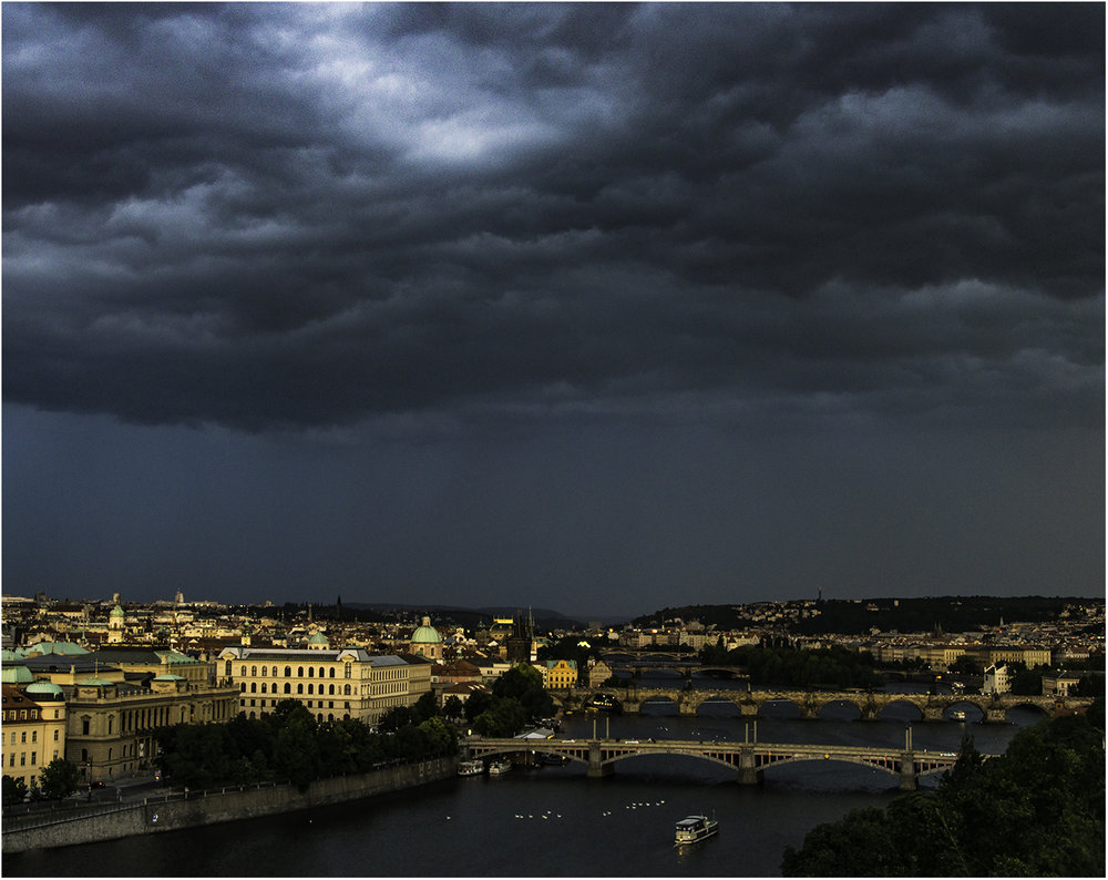Первые капли дождя уже окропили мостовые Праги, а я лишь нацепил дождевик и продолжал снимать